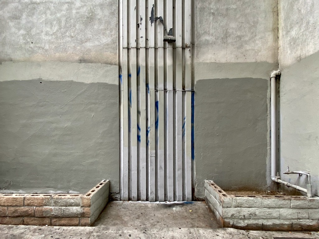 Street Photography: Gray Tones and Blue